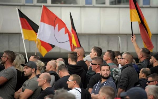 Manifestação de extremistas de direita em Chemnitz — Foto: Reuters/Matthias Rietschel