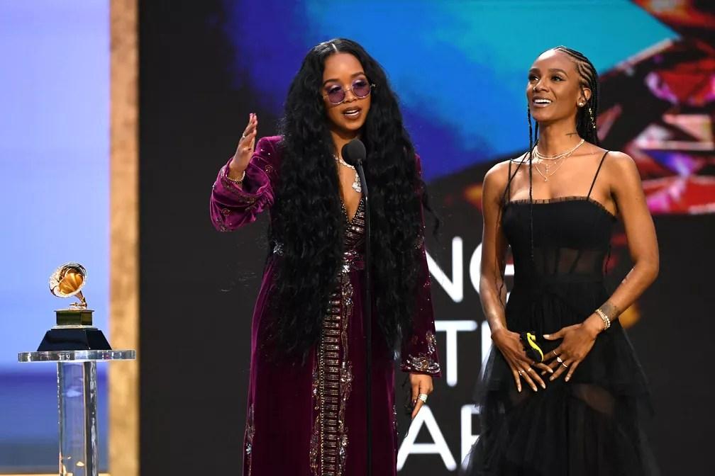 """H.E.R ganha Grammy de música do ano por """"I Can't Breathe"""" — Foto: Kevin Winter / Getty Images via AFP"""