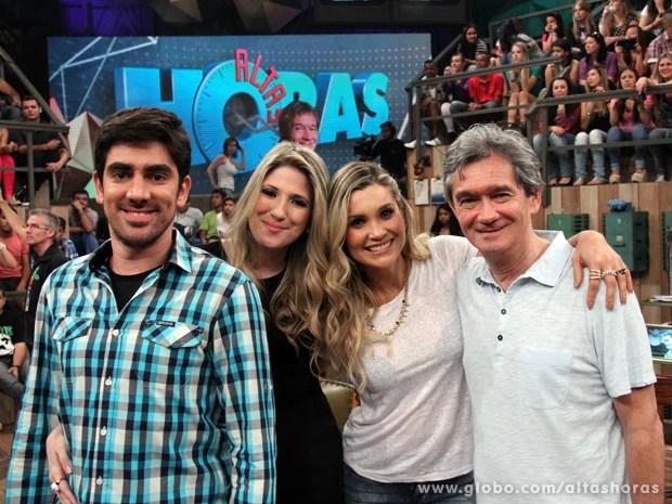 Serginho tira fotos com Marcelo Adnet, Dani Calabresa e Flávia Alessandra (Foto: TV Globo/Altas Horas)