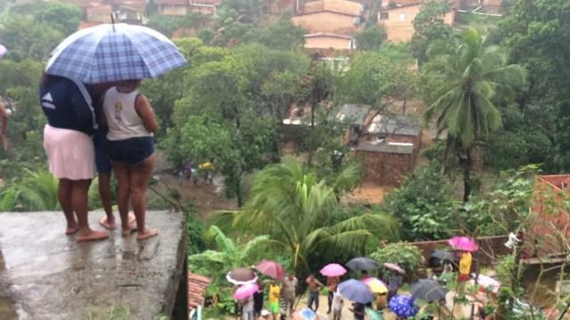 Moradores da Chã da Jaqueira encontram um vítima soterrada por deslizamento.. (Foto: Carol Sanches/ G1 AL)