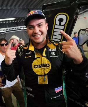 Felipe Fraga comemora a pole position na final da Stock Car (Foto: Duda Bairros)