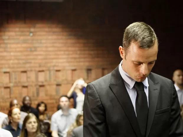 O corredor paralímpico sul-africano Oscar Pistorius aguarda na Corte dos Magistrados de Pretória durante intervalo de seu julgamento. Ele é acusado de matar a tiros intencionalmente a namorada, a modelo Reeva Steenkamp. (Foto: Siphiwe Sibeko/Reuters)
