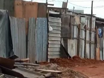 Barracos em rua onde Ismael Batista vivia quando criança (Foto: A Raça de Ismael/Reprodução)
