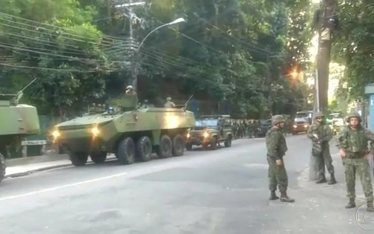 Forças Armadas voltam à Rocinha na manhã desta terça (Foto: Reprodução / TV Globo)