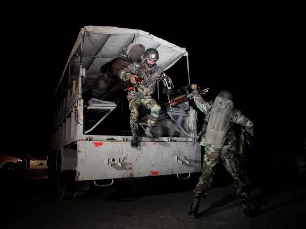 Soldados paquistaneses chegam a Centro de Treinamento Policial atacado em Quetta, na madrugada de terça (25) (Foto: Reuters/Naseer Ahmed)