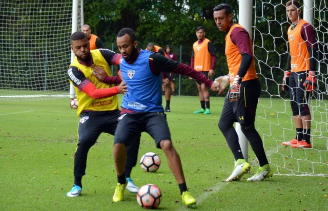 Sidão observa disputa de bola entre Júnior Tavares e Wesley (Foto: Érico Leonan / saopaulofc.net)