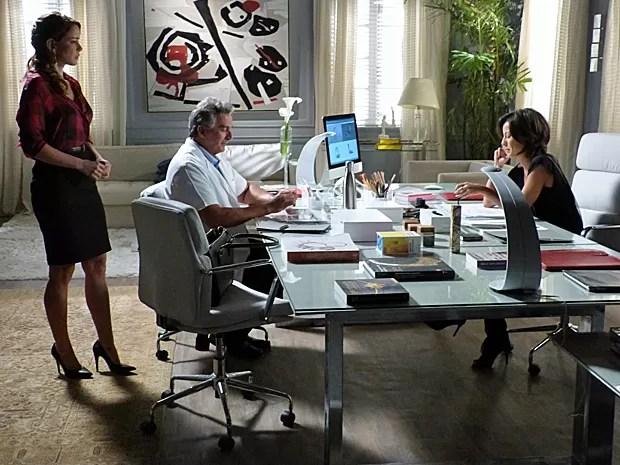 Maria Claera recebe telefonema de Vicente e Cristina fica incomodada (Foto: Gshow)