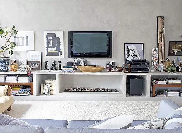 De alvenaria, o rack da sala expõe livros e objetos de decoração (Foto: Lufe Gomes/ Editora Globo)