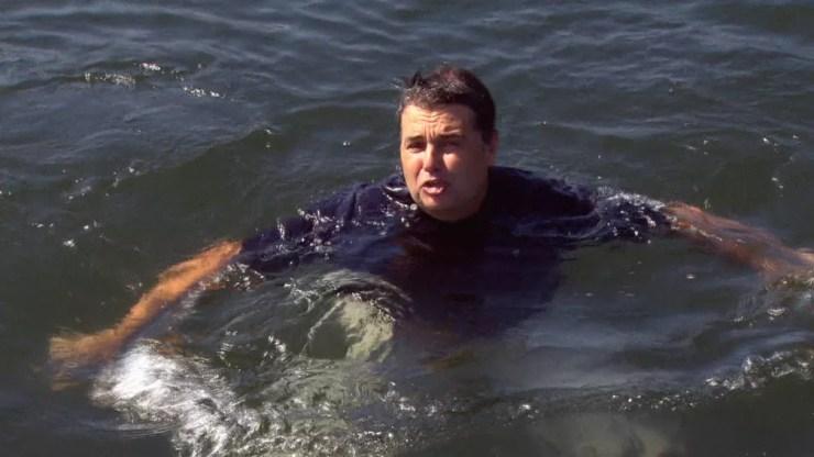 Então secretário de Meio Ambiente, André Corrêa mergulhou na Baía de Guanabara para mostrar que estava limpa para a Olimpíada Rio 2016 — Foto: Reprodução/TV Globo