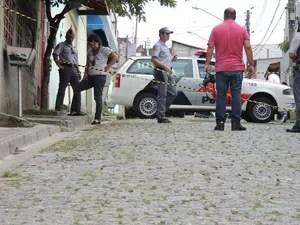A PM isolou a rua onde o policial foi morto em Mogi das Cruzes (Foto: Douglas Pires/G1)