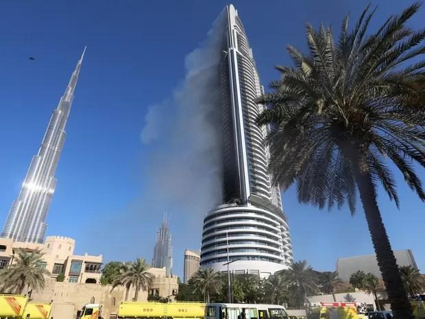Nuvens de fumaça são vistas no hotel e prédio residencial no centro de Dubai, perto do Burj Khalifa, o edifício mais alto do mundo, um dia após o hotel pegar fogo  (Foto: Reuters)