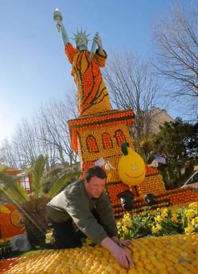Estátua da Liberdade feita de limões e laranjas; com tema 'volta ao mundo em 80 dias', festival acontece até o início de março (Foto: Lionel Cironneau/AP)