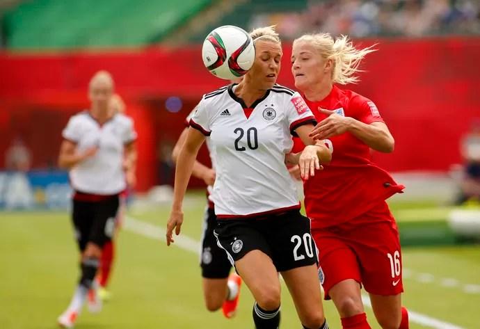 Lena Goessling e Katie Chapman Alemanha x Inglaterra Mundial Feminino  (Foto  Reuters) ce6201c20445b