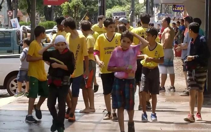 Participantes da guera de bexigas de água em Ponta Porã (MS) (Foto: Reprodução/TV Morena)