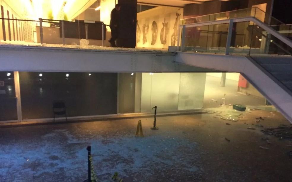 Prédio da Fiesp teve vidraças quebradas durante ataque de manifestantes (Foto: Roney Domingos/G1)