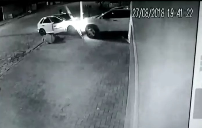 """Momento em que carro do empresário """"atropela"""" carro dos ladrões em Paranaguá (Foto: Reprodução)"""