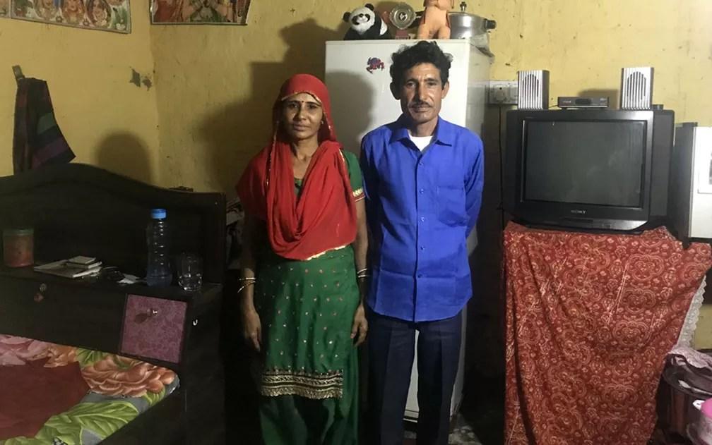 Condenados por assassinato, Sugna e Ramchand acabaram se apaixonando e dividem uma das casas da prisão — Foto: BBC