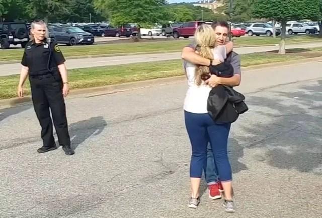 Pessoas se abraçam após deixarem local onde assassino atirou a esmo e deixou mortos em Virginia Beach, nos EUA — Foto: WAVY-TV/NBC/via Reuters