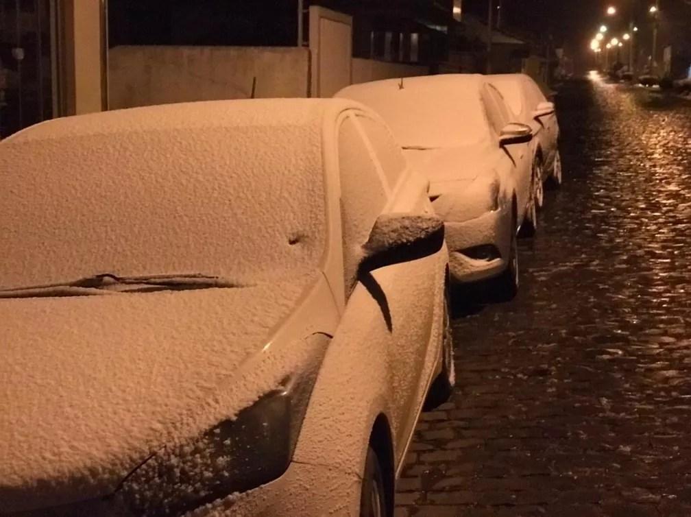Neve é registrada por volta das 6h30 em Urupema — Foto: Eduarda Demeneck/ NSC TV