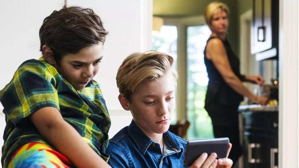 Para especialista, adultos precisam ajudar as crianças e adolescentes a fazerem uma reflexão crítica do conteúdo que veem online. (Foto: Getty Images)