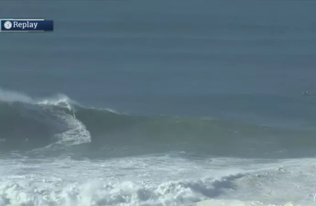 Quase invisível, Pedro Calado pega a melhor onda da semifinal (Foto: Reprodução youtube)