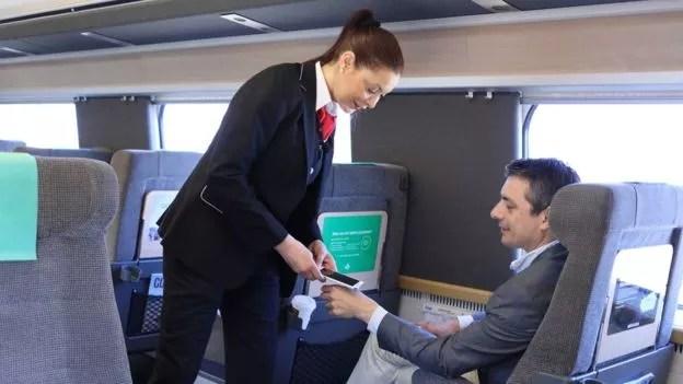 Neste trem, é possível pagar o bilhete com a mão (Foto: SJ RAILWAYS via BBC News Brasil)