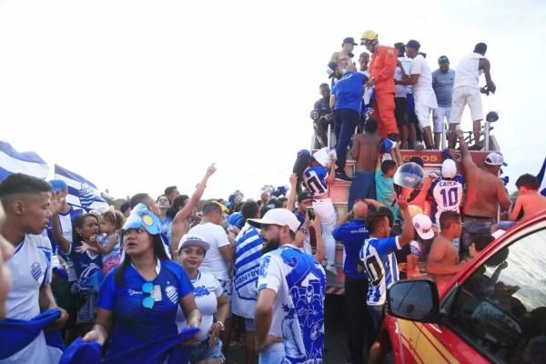 Torcedores recepcionam os jogadores do CSA no aeroporto — Foto: Ailton Cruz/Gazeta de Alagoas