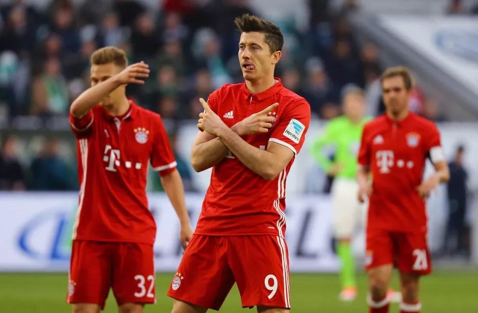 Lewandowski comemora gol do Bayern contra o Wolfsburg (Foto: Reuters)