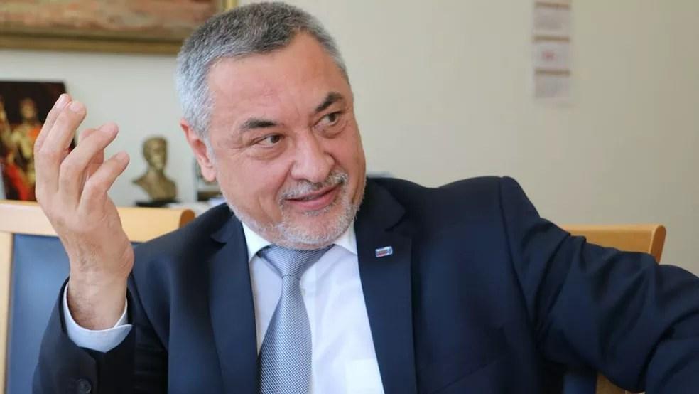 Valeri Simeonov, primeiro-ministro interino, rechaça a ideia de permitir a entrada de imigrantes para conter o déficit populacional no país (Foto: BBC)
