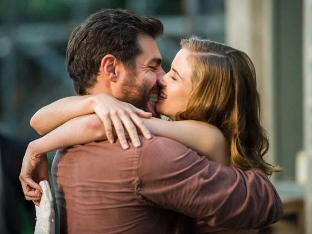 O casal se reconcilia com um abraço e um beijo apaixonados (Foto: Cynthia Salles/ Globo)