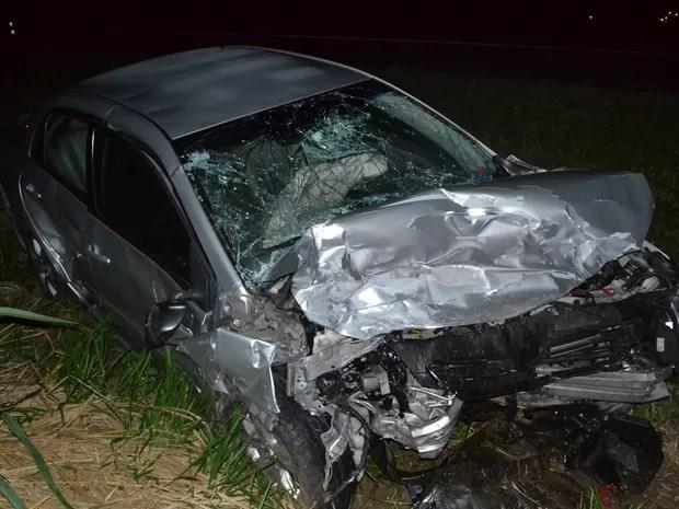 Carro ficou destruído após acidente no trevo de Ibirá  (Foto: André Ferreira)