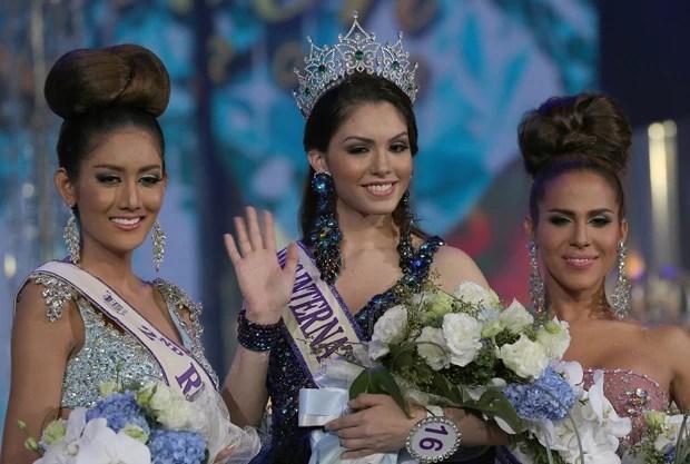 Marcela posa ao lado das concorrentes da Tailândia e dos EUA (Foto: Apichart Weerawong/AP)