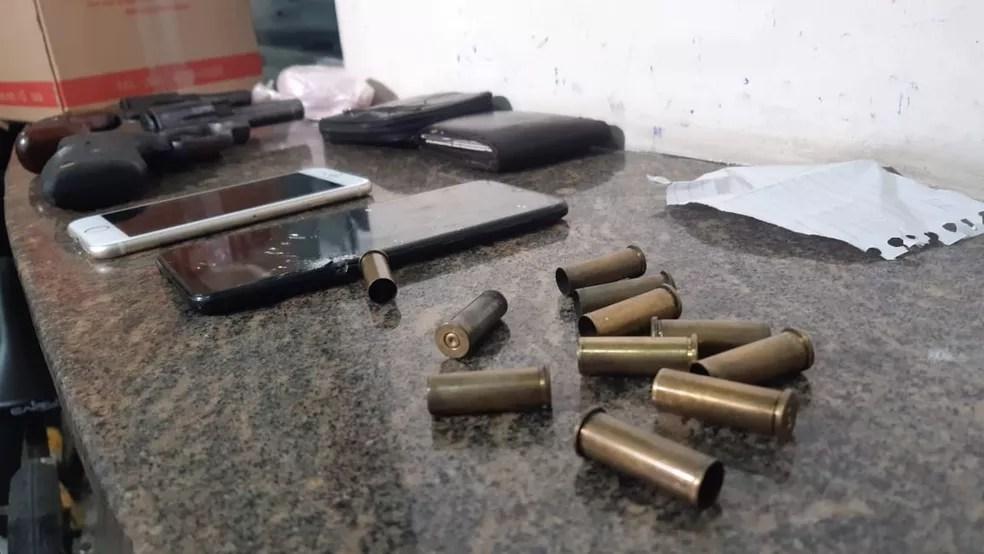 Armas, celulares e munições deflagradas apreendidas após confronto e morte de suspeitos de roubo na Grande Natal. — Foto: Sérgio Henrique Santos/Inter TV Cabugi