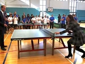 Príncipe William e sua esposa Kate jogam tênis de mesa durante visita a uma escola em Glasgow, Escócia. (Foto: David Cheskin/Reuters)