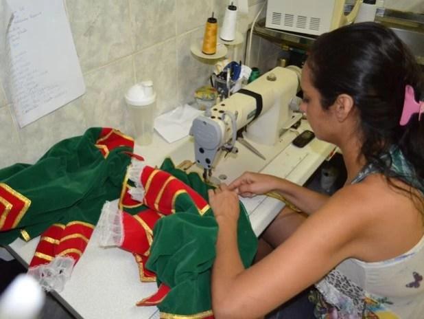 Estilista contratou mais duas costureiras para dar conta da demanda (Foto: Marina Fontenele/G1)