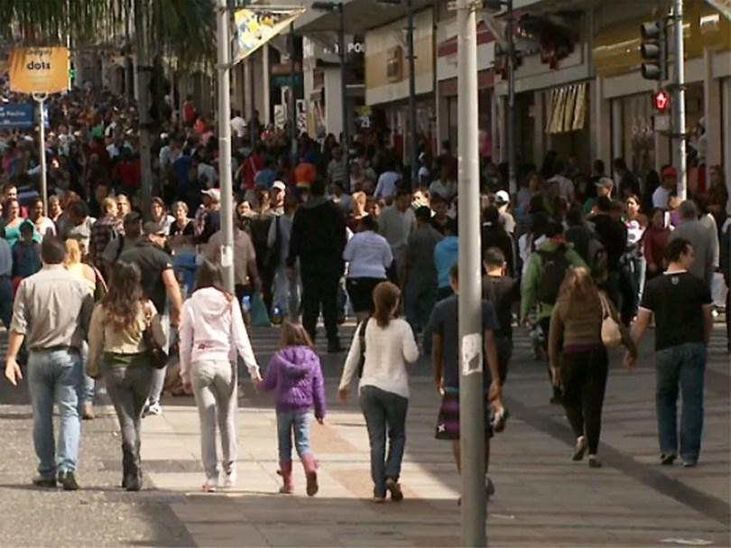 Pagamento do 13º a aposentados e pensionistas vai injetar R$ 443,4 milhões na economia da região de Campinas. (Foto: Reprodução/EPTV)