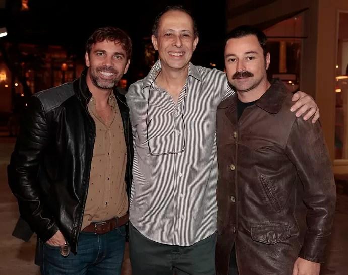 Os atores Marcelo Faria e Emilio Orciollo posam com o autor de Sol Nascente, Julio Fischer (Foto: Gshow/Felipe Monteiro)