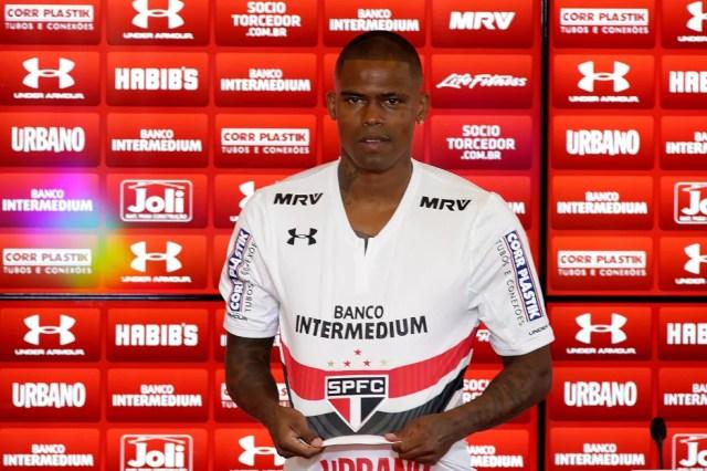 Maicosuel veste a camisa do São Paulo: patrocinador foi fundamental para viabilizar reforço (Foto: Luis Moura/Estadão Conteúdo)