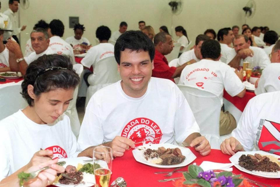 Covas durante feijoada da escola de samba Leandro de Itaquera, em São Paulo, em 2003. — Foto: Vidal Cavalcante/Estadão Conteúdo/Arquivo