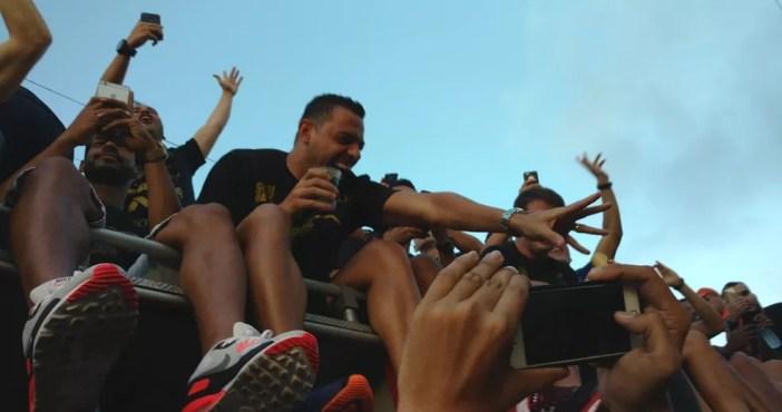 JOgadores foram ovacinados pela torcida ao saírem do aeroportono carro do Corpo de Bombeiros (Foto: Juscelino Filho)