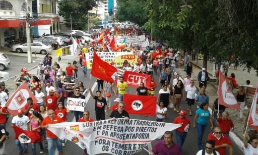 Protesto seguiu da Praça Rio Branco até a avenida Frei Serafim (Foto: Gilcilene Araújo/G1)