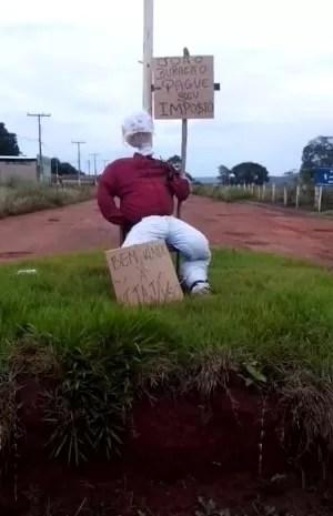 Boneco é colocado em trevo em protesto contra excesso de buracos em Itajá (Foto: Arquivo pessoal/ Elias Ribeiro)