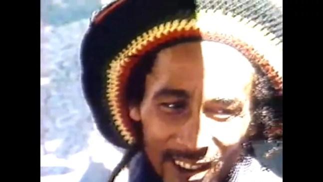 Bob Marley em um bar de Copacabana, na Zona Sul do Rio de Janeiro, em 1980.  — Foto: Reprodução/TV Globo