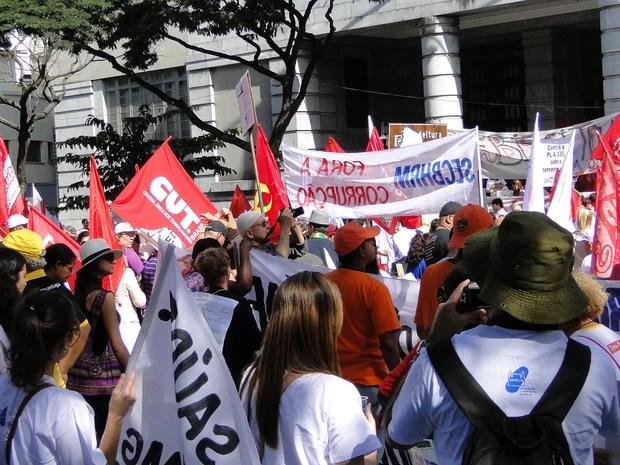 Integrantes de ato também protestaram em frente à Prefeitura de Belo Horizonte (Foto: Sara Antunes/G1)