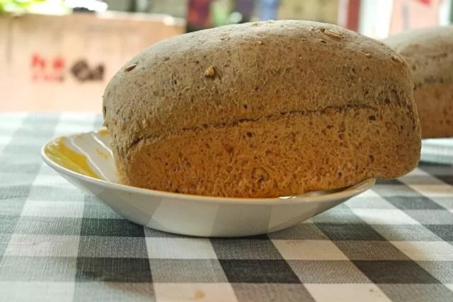 Receita de pães não leva ovo e não contém lactose. Além disso, é feito com vários tipos de farinha integrais (Foto: Reprodução/Facebook)