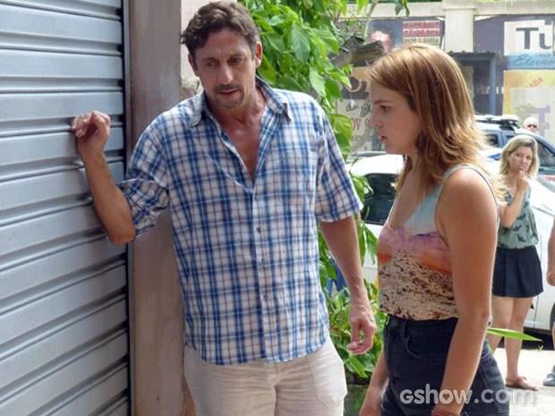 Ronaldo e Anita escutam um barulho vindo da loja abandonada (Foto: Malhação / TV Globo)