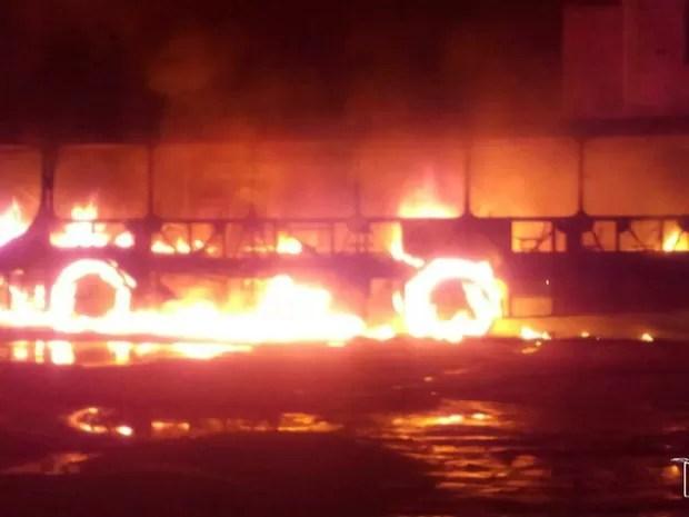 Ônibus incendiado no Parque Jair, em São luís, fazia linha para a comunidade do Vassoural (Foto: Reprodução/TV Mirante)