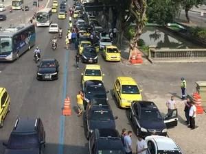 Manifestação chega ao Centro do Rio, perto da Prefeitura (Foto: Fernanda Rouvenat/G1)