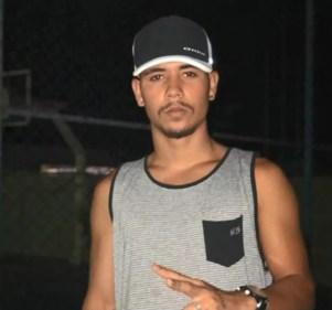Jovem desapareceu no mar em Manguinhos, na Serra  — Foto: Reprodução/TV Gazeta