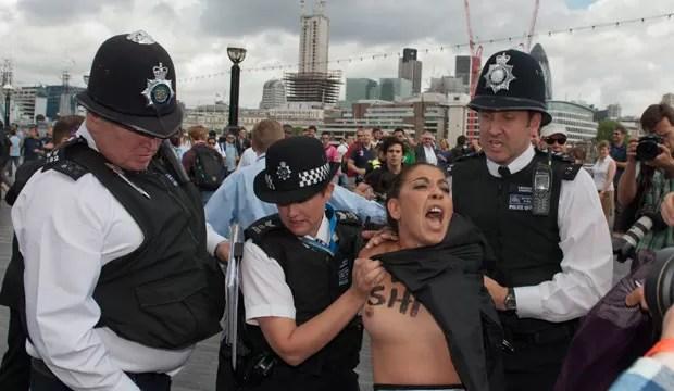 O motivo de o protesto ser realizado na capital britânica é que, segundo o Femen, esses regimes islâmicos têm o apoio do Comitê Olímpico Internacional. (Foto: Will Oliver/AFP)
